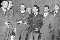 La consegna del testo del 'pacchetto' da parte dell'avvocato Bertorelle al Presidente della P.A.T. Guido Raffaelli